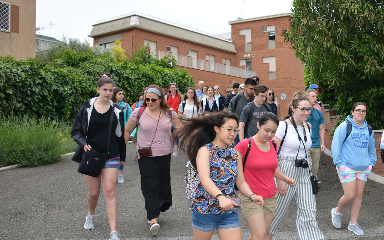 Students descend the driveway leading up to the College's campus in Rome, Italy, Villino Dufault.